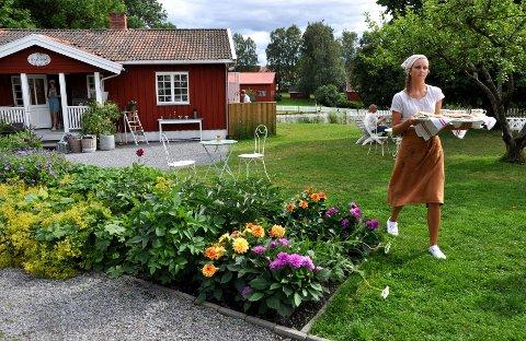 Gårdskafeer med hjemmebakst og idylliske omgivelser er blitt populære. Her fra Skafferiet café og landlivsbutikk på Hovinsholm gård i Hedmark.