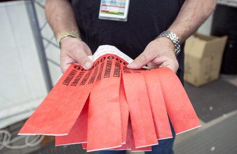 Vær så snill: Husk å bytte billettene inn i armbånd. Da kommer du og alle andre raskere inn. Foto: Bjørn Isaksen