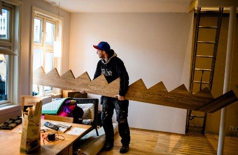 Det skulle snart være slutt på stigeklatring mellom etasjene. Her er trappa på vei.