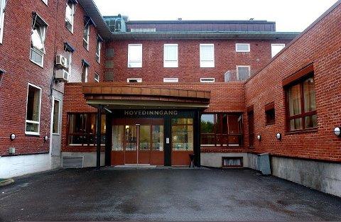 Først etter å ha oppsøkt legevakten og deretter fastlegen, fikk kvinnen ambulanse til Sykehuset i Vestfold.
