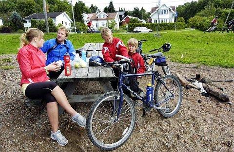 LITEN RAST. Denne familien sykler sin første Drammensfjorden Rundt, og ved første rast var alle ved godt mot. Fra venstre; Helene Folmo Hafnor, Bjørn Hafnor, Mathias Likværn og Eivind Ombye Hafnor. FOTO: TORE SANDBERG