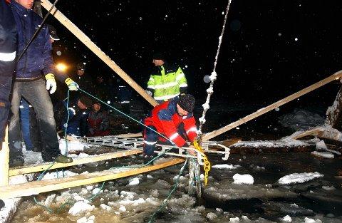 Det blir jobbing utover natta for guttene som driver med heving av den havarerte traktoren på Lisjøen. Sent tirsdag kveld ble det jobbet med å få tak i en ny stålbjelke, da en slik røk under det første forsøket på heving.