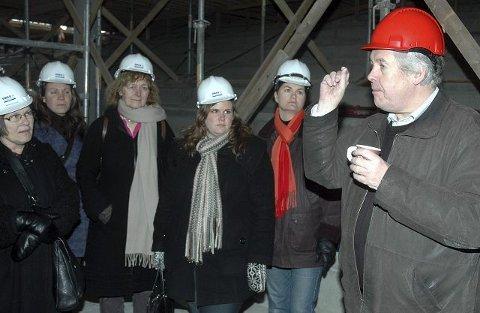 Geir Andersen fra Drammen Eiendom er mannen bak de skreddersydde løsningene for energisparing på den nye skolen. Her orienterer han fagfolk fra byggebransjen om hemmeligheten bak at Marienlyst skole er blitt et offisielt utstillingsvindu for klimaeffektiv arkitektur.