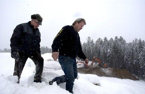 <B>VEIEN Å GÅ:</B> Lars Tjønneheim og sønnen Tor Ragnar har så langt funnet veien ut av finanskrisen. Blant annet ved å danne et eiendomsselskap sammen NUAS på Rossebusletta.