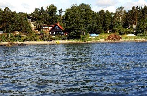 6920d6ea Ved å grave seg gjennom stranden og ut i vannet, ønsker en hytteeier i  Svinevika