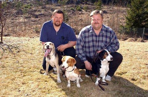 INSTRUKTØR: I 16 år har Anund Helgesen (t.v.) vært fylkesinstruktør for jegerprøven i Telemark, han jakter mye med hund, og er her sammen med Helge Helgesen i 2003.