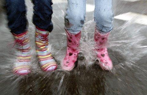 VÅTT OG GRÅTT: Det er bare å holde gummistøvler og paraply parat denne uken også. FOTO: TRINE JØDAL