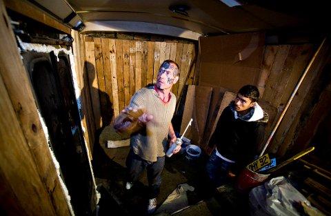 Her innreder Art Ranger bolig til sine sigøynervenner. Selv boer han i en gammel, russisk militærvogn.