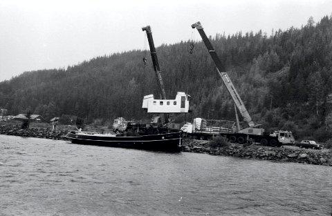 KLAR: 3. juni 1992 ble båten strippet og heist om bord på bilen som fraktet den til Mjøsa. FOTO: Tor Strømsmoen