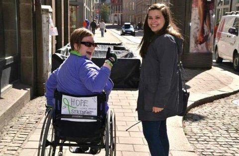 RETT FØR KOLLAPSEN: Anita og Sabrina Stojcevska Søvik, nær venn siden videregående, på vei til markeringen utenfor Stortinget 10. mai.