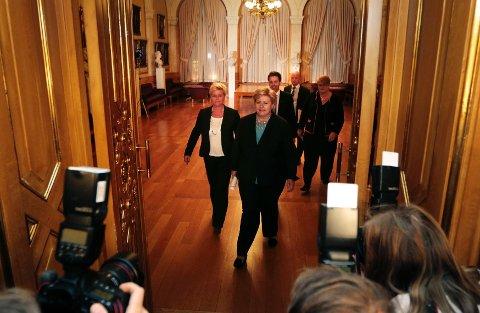 Venstre-leder Trine Skei Grande, Krf-leder Knut Arild Hareide, Høyre-leder Erna Solberg og Frp-leder Siv jensen ankommer pressekonferansen med de borgerlige partiene i Vandrehallen på Stortinget mandag kveld. Foto: Lise Åserud / NTB scanpix