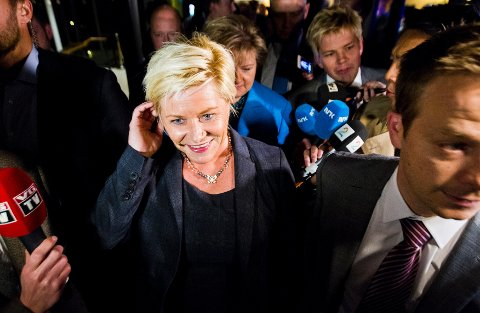 Frp-leder Siv Jensen og Høyre-leder Erna Solberg (i bakgrunnen) på vei til en pressekonferanse på Sundvolden hotell mandag kveld, i forbindelse med regjeringsforhandlingene.