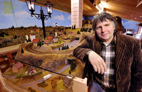 Arne Børresen får ros for det han har fått til med modelljernbanesenteret i Gamlebyen. Neste år introduserer han serveringsvogn og modelltogbutikk.