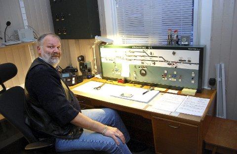 Stillverk fra femtiårene: Det er kabler og releer Trond Hammersten styrer når han kobler om på dette stillverket fra begynnelsen av femtiårene. Nå skal Østre linje moderniseres og bli erfaringstrekning for det nye ERTMS-systemet. Foto: Bengt Røsth