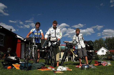 STARTKLARE: Jørgen Kjeilen Pettersen (15) (tv), Lars (15) og Eirik (12) Rugsveen, starter i dag sykkelturen til Åndalsnes, fulle av forventning. $BYLINE_ON$Begge foto: Cathrine Loraas Møystad$BYLINE_OFF$