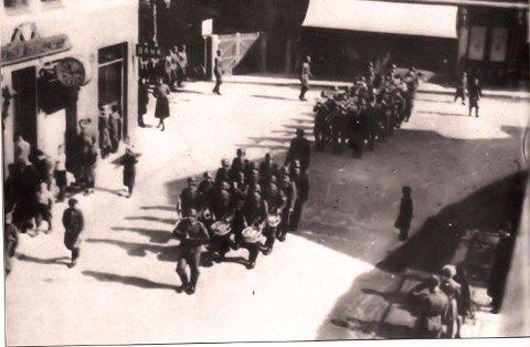 20. april var den offisielle nasjonaldagen i krigsårene. Her fra en parade med korps opp Torggaten i Drøbak.