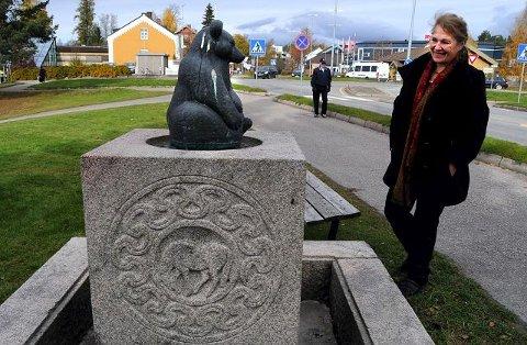 Ørnulf Basts bjørnunge er i to versjoner i Elverum: Originalen i granitt fra 1938 er nå på Hernes skole, mens bronseutgaven fra 1965 står på den originale fontenesokkelen mellom ELVIS og kirken.