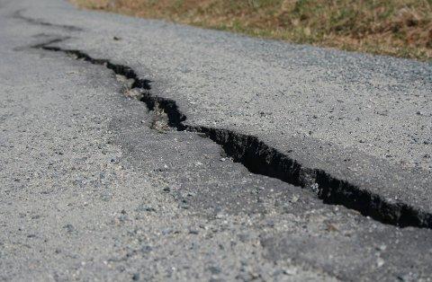 Gangveien har fått store skader etter vinterens herjinger.