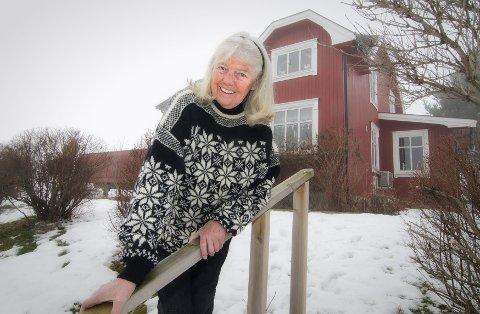 @- Bilde.tekst:Dyrenes venn: Kari Bay Haugen stortrives på Nes, like ved mjøskanten. Den 74-årige kvinnen kan høre på fuglesang i timevis.