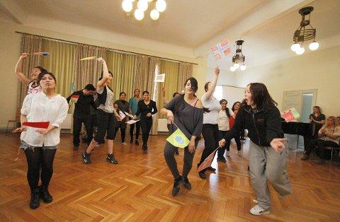 FARGERIKT: Dansegruppen avslutter Beyonces fengende rytmer med sine egne flagg. FOTO: STIG PERSSON