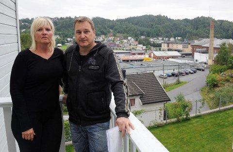 – Bygget blir så høyt at vi bare vil se toppen av Kamfjordåsen. Området blir mindre attraktivt, prisene vil gå ned og det kan bli vanskelig å selge, sier Linda Vehus. Tom Svendsen vet ikke om han orker å bo i området lenger.