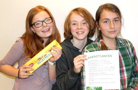 Selma Endal Lang-Ree, Jacob Hansen og Mille Sortland Myrhaug fra elevrådet forteller om sjokoladens opprinnelse.