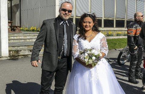 Etter flere år med avstandsforhold, kunne Hans Magne Holto fra Drammen og Bernalyn Gajator fra Filippinene endelig gi hverandre sitt ja i Drammen Tinghus i går ettermiddag. – Endelig kan vi bli en familie, sa Holto med et smil, lettet over å ha fått sin kjære til Norge.