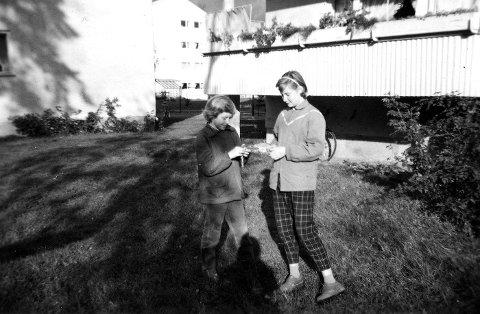 TOLV-TRETTEN KANSKJE: Diktsamlingens hovedperson Berit Bjerke (til høyre) og en lekekamerat fra barndommen, midt i barndommens paradis på Eiksmarka.