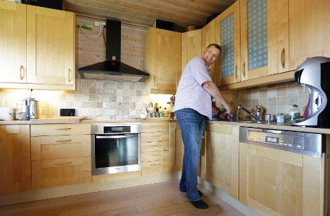 Solfangerne brukes til å varme opp vann. Håkon Borch kaller det spøkefullt for gratis varmtvann.
