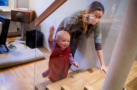 Ettåringen Arve Bjørke-Hagen tester den nymonterte trappa sammen med mamma Kristina Jullum Hagen.