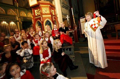 Sogneprest Kristin Fæhn holdte opp en julekurv for å minne oss om Guds gave til menneskene i julen - hjertet.