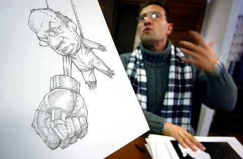 """To meksikanske """"uvenner"""": avistegneren Antonia Helguera, som åpner utstilling i Stabelhuset lørdag og president Felipe Calderón, fremstilt som en liten mann med stor jernhanske."""