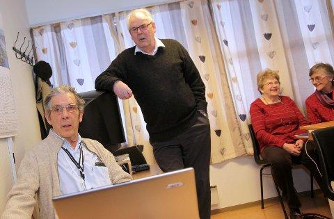 Frank Larsen (sittende) og Oscar Osmundsen er to av dem som lærer eldre om internett på Havnaberg. I bakgrunnen Bjørg Brummenæs og Marit Løvvig.