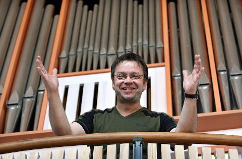 Kantor i Såner kirke, Ulf Krupka har laget musikken til musikalen «Alfa & Omega». Foto Geir Hansen