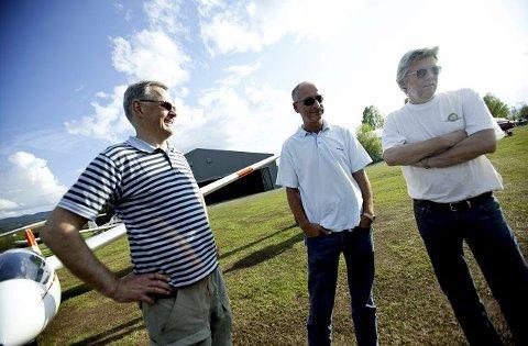 (F.v.) Olav Monssen, leder i Drammen flyklubb, Øyvind Moe, tidligere landslagsflyger og norgesmester, og Erik Østerud, pilot og instruktør, er alle sentrale personer i flyklubben.