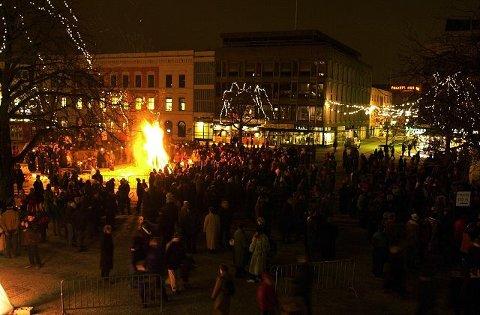 Natt til det nye årtusenet samlet folk seg på Bragernes torg for å delta på vardetenning og fakkeltog.