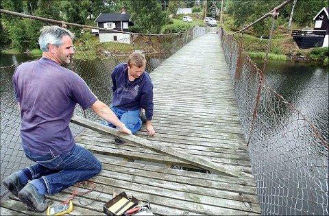I dag er broen over Lyseren så farlig at den er stengt for all bruk. Utgiftene til vedlikehold av Nosa er en grunn til at feriehjemmet skal selges. FOTO: FELICIA ØYSTÅ