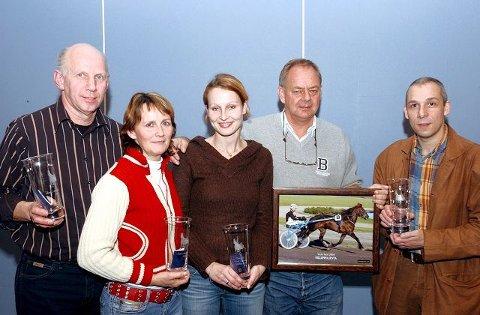 ÆRESPREMIER: Eierne av årets hester fikk ærespremier sammen med montérytter Marthe K.Wessel. Truls Roar Wivestad(f.v.) ble ny leder i travforeningen. Videre ser vi Kari Agerlie, Marthe K.Wessel, Morten Larsen og Philip Rinaldi. FOTO: VIDAR KALNES