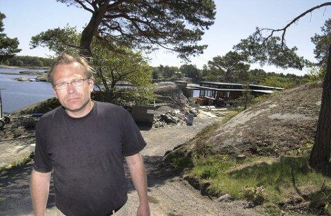 STØTTE: Arkitekt Rune Breili synes Linda Lie har malt sitt hus med en med en kunstnerisk nerve. Foto: Terje Wilhelmsen