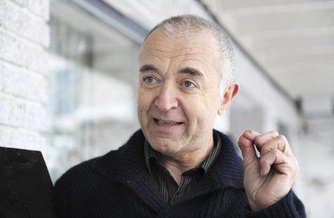 Flaggermusekspert Magne Flåten synes det er en god idé at flere henger ut flaggermuskasser.