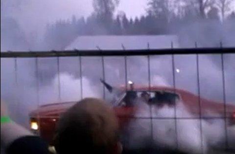Bilistene spant så hele området ble røyklagt sto under burningen på den gamle militærbetongen på Torp mandag.