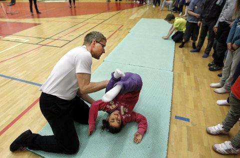 Martin Myhr, en av landets beste hallingdansere og medlem i Frikar, har denne uken kurset alle elevene på Nordby skole i halling. <B><I><U></B></U></I>