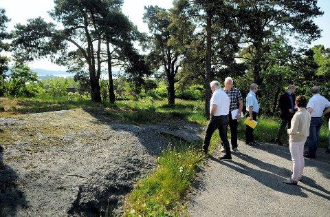Teknisk sjef, bygningssjef og plitikerne i plan- og utbyggingsutvalget tok seg en tur til Åsanetoppen i forrige uke for å sjekke forholdene. Foto: Flemming Hofmann Tveitan