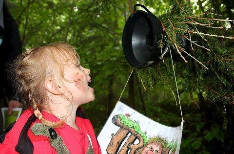 - Jeg heter Ida Marieee! roper Ida Marie Rudi (4) fra Nøste, så høyt hun kan inn i trolltelefonen.
