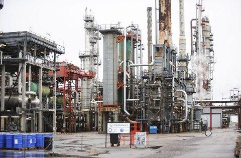 VEDLIKEHOLDSSTANS: Til høsten stenger Esso-raffineriet på Slagentangen helt ned for å gjennomføre et stort vedlikeholdsprogram. Foto: Harald Strømnæs