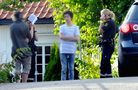 To gutter (15) ble hentet ned av politiet da de klatret på taket av Domkirken tirsdag kveld.