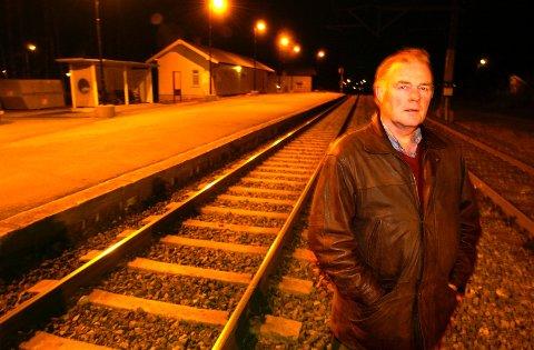 Leder i pendlerforeningen, Erling Havik, gleder seg over at Steinberg stasjon er reddet.