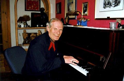 Per Tveit slik vi ønsker å huske ham: foran pianoet. Foto: Randi Johnsen