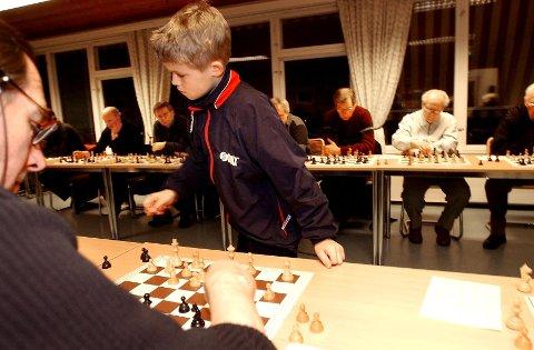 Tolvåringen Magnus Carlsen spiller mot 19 voksne motstandere i  Tønsberg Vandrerhjem. Han vant over 18 av dem. I 2003 fikk han 2. plass i VM for barn under 12 år. Nå er han universets beste sjakkspiller. Klikk videre i bilderserien for å se karrieren hans ta form!