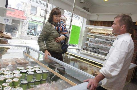 Begeistret for kortreist mat: Anita Eike og sønnen Tim Iver er ofte innom Knutli og Nye Ganegodt i Skjoldavegen. – De har den beste maten i byen, samtidig som det er hyggelig å  kunne slå av en prat og bli kjent igjen i butikken, sier Eiken.Alle foto: Harald Martel Bersaas